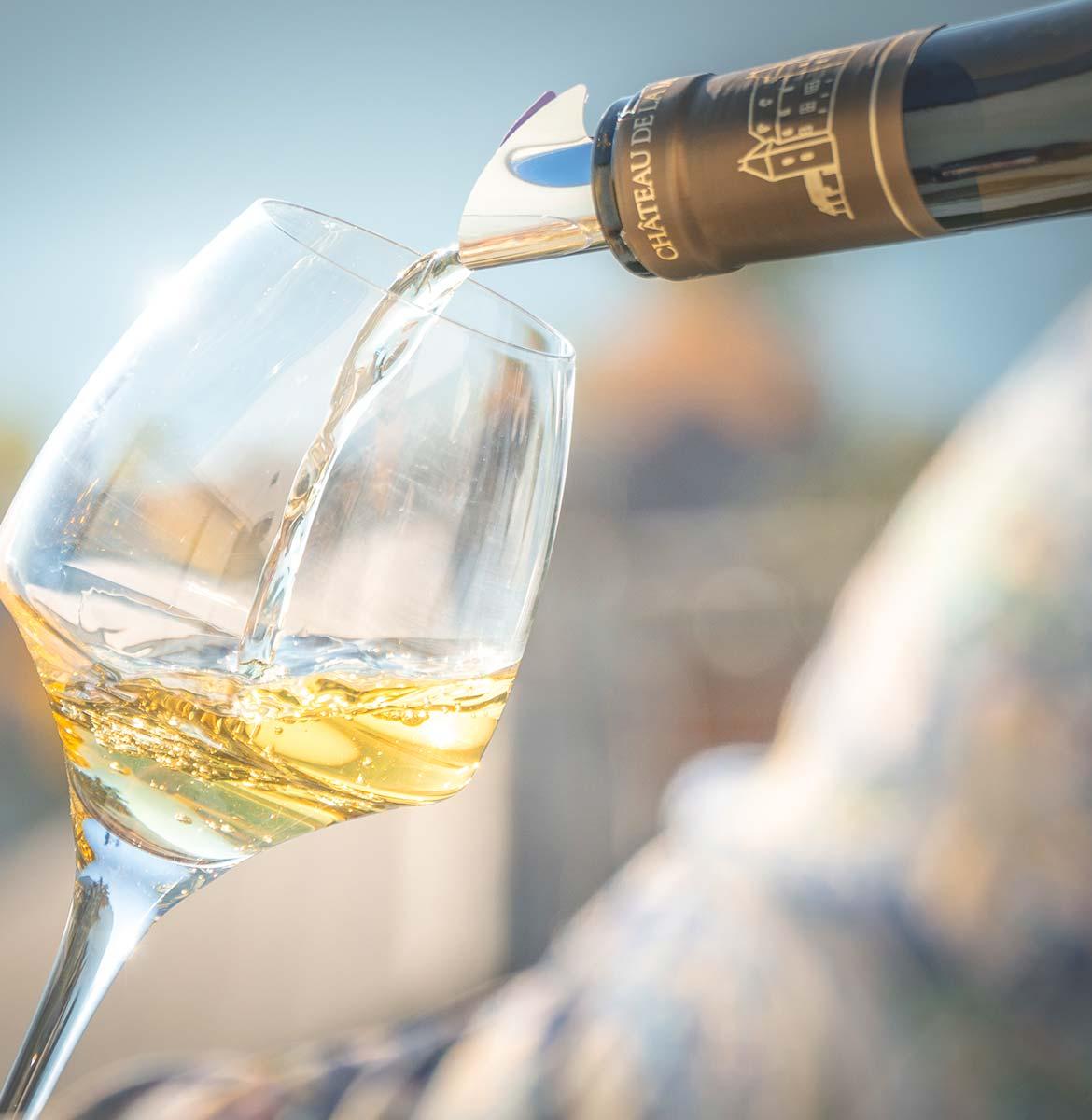 Marestel vin blanc de savoie verse dans un verre