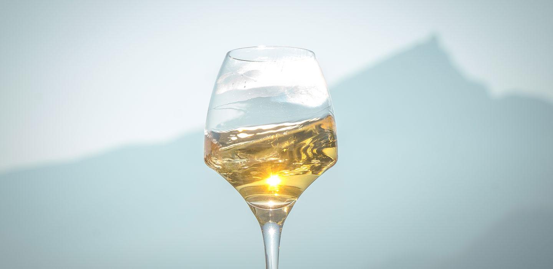 Marestel vin blanc de savoie dans un verre